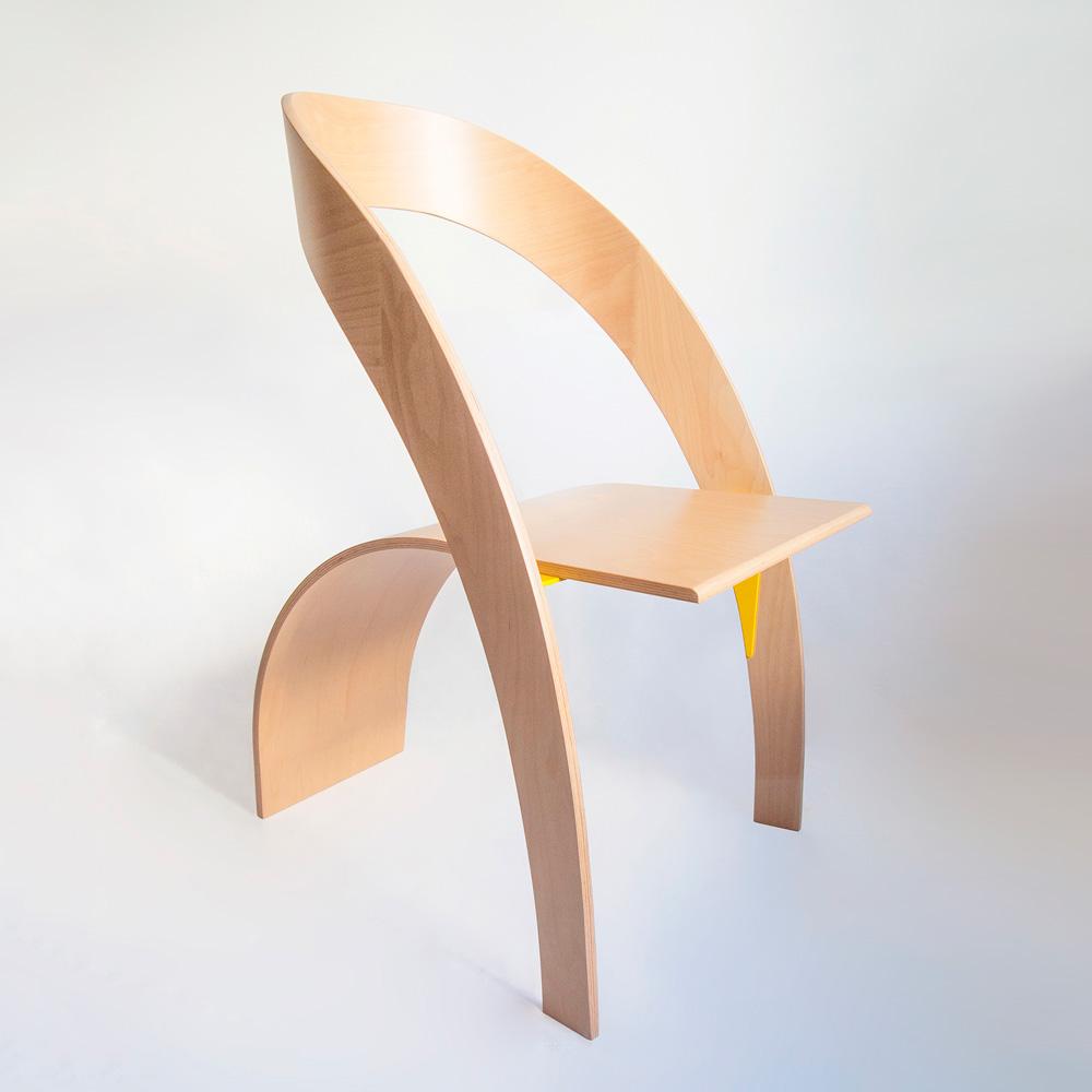 Две извити форми се комбинират в един стол
