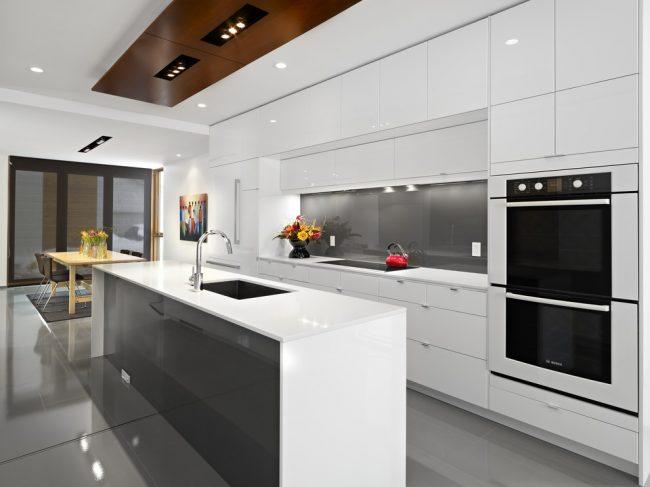 Кухня в бял гланц: тайните на един хармоничен дизайн